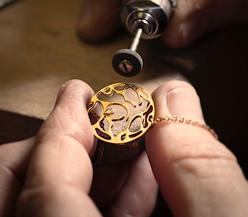fabrication artisanale bijou or 18 carats