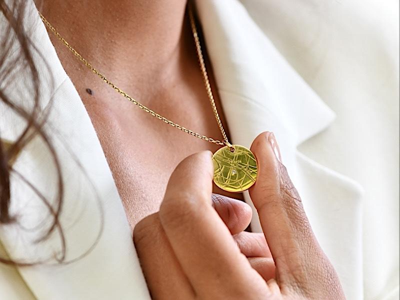 médaillon gravé pour femme avec diamant