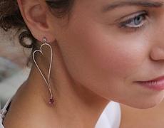 Saint Valentin : les boucles d'oreilles pendantes les plus in-love