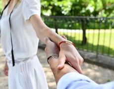 couple avec des bijoux gemografic pour pacs